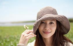 女優帽で70'sファッションを着こなし!キャペリンハットで日よけにも役立つ