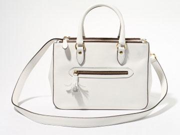 Deuxieme Classeの「J&M DAVIDSON MINI INGRID カーフ」。モノトーン系の衣服が増える秋冬に、上品な白が冴える。