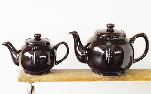 ゴロンとした丸みと、深い飴色のブラウンが印象的なティーポット「Brown Betty Teapot」。戸棚の奥にしまいこまず、ディスプレイしたい一品。