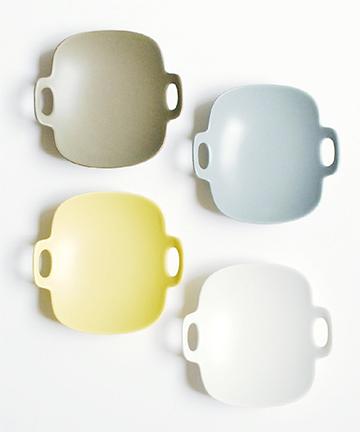 旅に携帯する器として作られた「bon voyage plate」。日々の食事の取り皿としても使えるほか、ピアスや指輪などの小物を載せても。