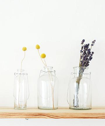 「ハンギングボトル」は厚みのあるガラスのボトルにワイヤー製のハンドルがついたフラワーベース。吊るしたり、置いたりとインテリアにあわせて自由に花を飾って。