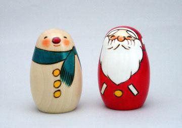 左から、クリスマスこけしの「ニュースノーマン」と「ニューサンタ」