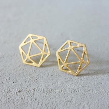 ダイアモンドのような幾何学模様のピアス