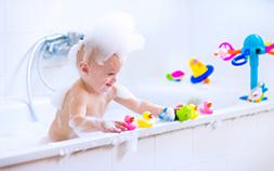 子どもの「お風呂嫌い」をなおしたい!お風呂で遊べるおもちゃ6選