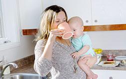 子育てママ必見。だっこで手が離せなくても片手で食べられる時短料理グッズ4選