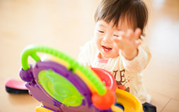 赤ちゃんの知育に効果的な色は?おもちゃもママもカラフルに染まれ