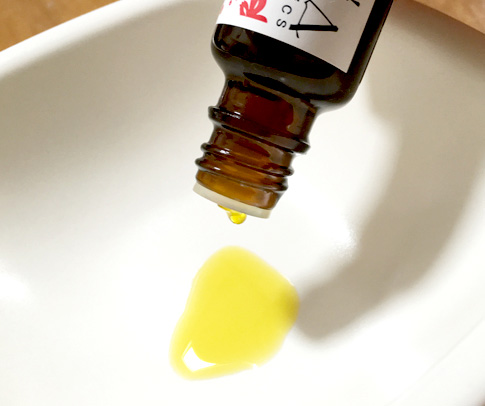 独特の香り。これがクランベリーオイルのナチュラルな色・香りなんだとか