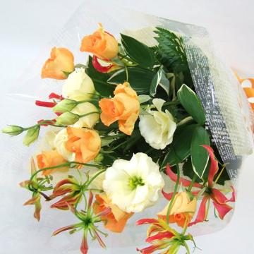 オレンジバラの元気な花束
