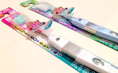 手前「極細レギュラー・ふつう」/奥「フッ素イオン歯ブラシ(極細コンパクト)・ふつう 」