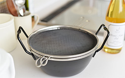大掃除したピカピカのキッチンをもう汚さない!油ハネのストレスから解放してくれるラバーゼの鉄揚げ鍋