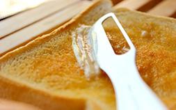 コチコチバターもスルスル塗れる!体温で溶けるアルミバターナイフの実力