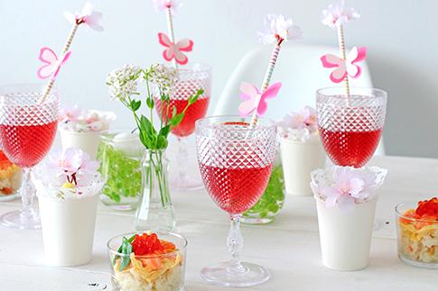 プラスチックパーティーカップとストローアレンジ