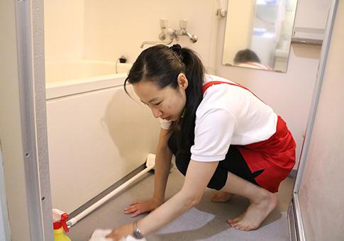 浴室の水滴までふき取る野口さん