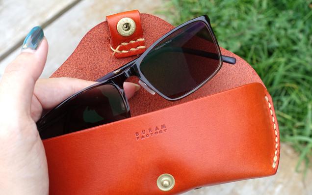 永く愛せる『Duram Factroy』のかわいい革製「メガネケース 9003」を、そっと鞄に忍ばせて