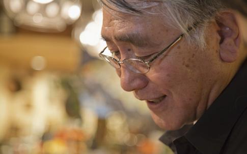 森田さんは、楽しそうに商品を見つめてそれぞれが重ねてき たストーリーを教えてくれる。