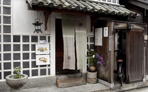 平翠軒から徒歩5分ほどのところにある「そば さくら」。森 田さんはここの鴨そばが大のお気に入り。そこで、「鴨の蕎麦つゆ(798 円)」 も平翠軒で商品化!