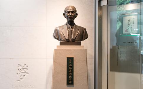 本社ビル1Fには、萬代屋(現バンダイ)創業者、山科直治氏の胸像が飾られている。