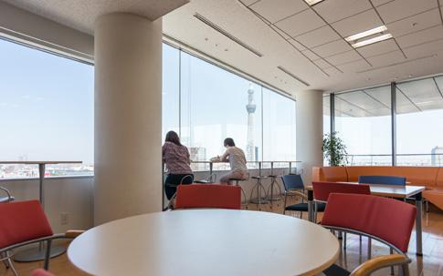 本社14階のカフェ。スカイツリーをはじめとする都心の眺望を楽しめます。