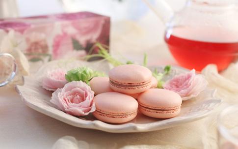 さ姫のローズウォーターや、細かく刻まれた花びらを練り込んだガナッシュをサンドした『花咲くローズマカロン(5個入り)』(商品価格¥2,000[税・送料別])。当初は清らかな香りと、そのイメージを尊重し、マカロン生地を白くしていたのだそう。