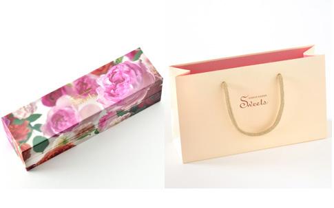 パッケージにもこだわった、ヒビヤカダンスイーツ。石井さんがフラワーデザインを担当したバラの写真がプリントされた特製ボックス(写真左)と、オリジナル手提げ袋(写真右)。「手提げ袋は男性が持っても恥ずかしくないように、あえてシンプルなデザインにしました」(堀内さん)