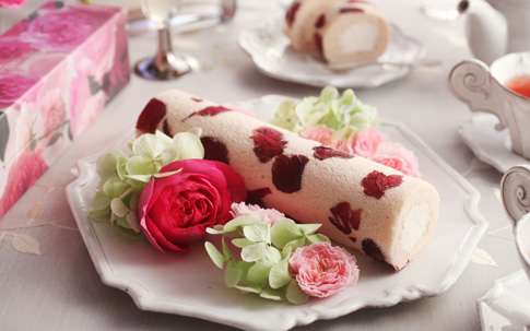 お客さんの中で一番人気の『花咲くローズロール』(商品価格¥2,900[税・送料別])。ローズウォーターを入れた生クリームをロールした生地に散りばめられているのも、さ姫の花びら。一般的なロールケーキよりも、やや細めに仕上げられていますが、その長さは約24センチ。置くだけで、テーブルの上に華やかさをプラスしてくれそうです。