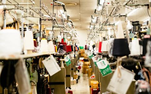 タビオの協力工場のひとつである奈良県にある「関屋莫大小(セキヤメリヤス)」の工場。どんな工程を経て、靴下がつくられているかは後編にて。