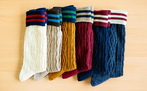 同じく秋に発売される型違いのラインソックス。編み模様をはっきりと出すために、ダブルシリンダーという調整が難しい機械で編まれています。素材には上質なウールも使われており、その肌触りは思わずうっとりしてしまうほど。ラインケーブルソックス ¥1000(税抜)