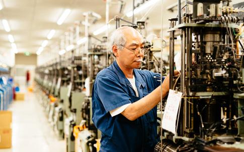 現在は会長をつとめるタビオの創業者と苦楽を共にしてきた職人さんたちは未だに現役の方が多く、タビオグループの職場長の平均年齢は、なんと70歳弱! 熟練した職人さんたちによって、タビオの生産態勢は支えられています。
