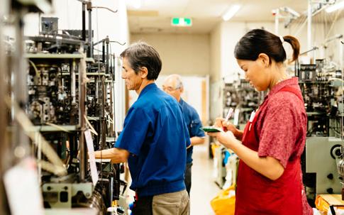 その編み目の小ささからもわかるように、繊細な編み物である靴下。機械で靴下を編み立てられていくなか、職人さんたちは編み上がりの確認や、機械の調整に余念なく、絶えず動き回ります。