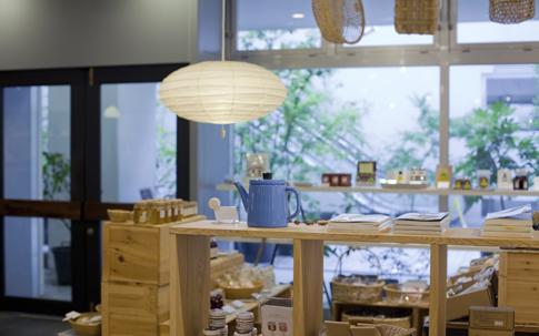 初めての人でも親しみやすいよう、入り口に近いほうから、食品→生活雑貨→ギャラリーという売り場構成になっている。ちなみに入り口右手にはカフェがある。