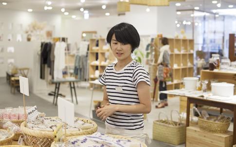 マネージャーの今村さん。「やっぱり一番の売れ筋は、香川だけにうどんです(笑)。シューレでは三野製麺所の手打ちうどんを扱っています」