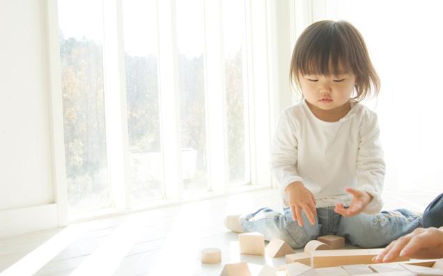 マザーガーデンの知育玩具「木のおままごとセット」には楽しい仕掛けがいっぱい!