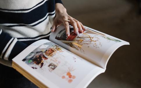リサーチは海外の本を参考にすることも。いまの絢加さんのお気に入りは、アメリカの『BROOKLYN MAKERS』。