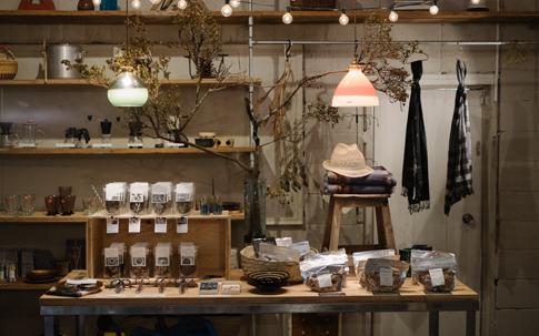 店舗の一番奥には食器や食料品が並ぶ。京都の「LITTLE WONDERS」のオーガニックハーブティーは女性向けにブレンドされたものをセレクト。