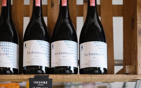 ワインと見紛うようなこちらの商品は、「café vino(カフェヴィノ)」のドリップコーヒー。「コーヒーもワインのようにつくり手や土地が表現されるべき」と産地ごとのコーヒーが瓶詰めされている。写真はニカラグアの農園のもの。