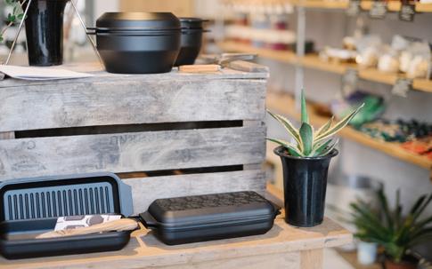地元久留米近郊でつくられている「(READYMADE) PRODUCTS」のダッチオーブン。こちらを使った料理が近日食堂でスタートされる予定。