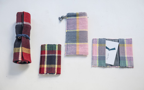 青森の伝統工芸である「裂織(さきおり)」。もともとこたつ掛けとしてつくられていた柄を使ってデザインしたオリジナルのステーショナリーシリーズ。