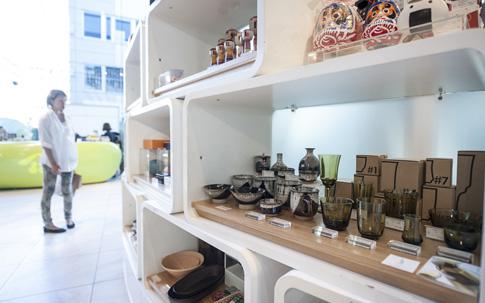 中央の段に並んでいるのは、奥から宮城県の堤焼(つつみやき)の器と仙台の砂を使ってつくられた仙台ガラスのコップ。