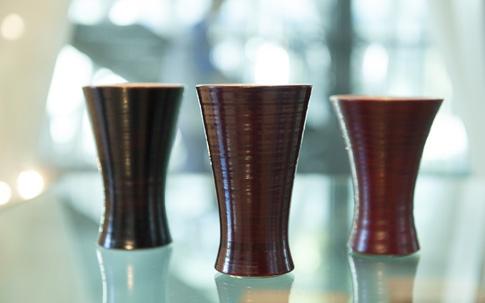 左から、オリジナル漆塗陶器の、轆轤目(ろくろめ)黒色漆杯、轆轤目溜塗杯、朱漆杯(各10500円)。