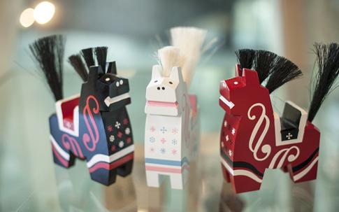 中央の白い八幡馬がカネイリオリジナル。各6800円。