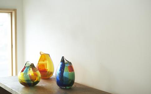 取材に訪れたときに開催されていた、貴島雄太朗さんの「ガラス展」。テキスタイルのようなカラフルなガラスの組み合わせが素敵。彼も隣まちの大泉学園町にガラス工芸の工房を構える。
