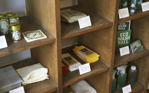 町田さんが、日々の暮らしのなかで使いたいと思って集められた生活雑貨が並ぶ。