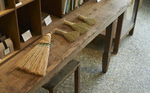 神奈川県の愛川町でつくられている可愛らしい「中津箒」。つくり手のひとりで、練馬区生まれだった吉田慎司さんとの縁から取り扱うことに。4月には中津箒の企画展を行う予定。