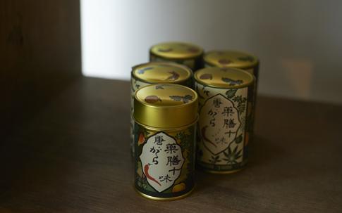 栃木県日光市の老舗旅館「本家伴久」に代々受け継がれた秘伝の調味料。唐辛子、黒ごま、青のり、山椒、えごまなど、10種の薬味が調合されている。