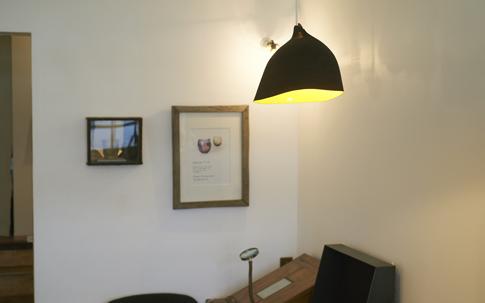 コロカルでも紹介した、益子の木工作家の安彦年朗さんがつくる照明。シェード部分と灯りの色のコントラストがオシャレ。