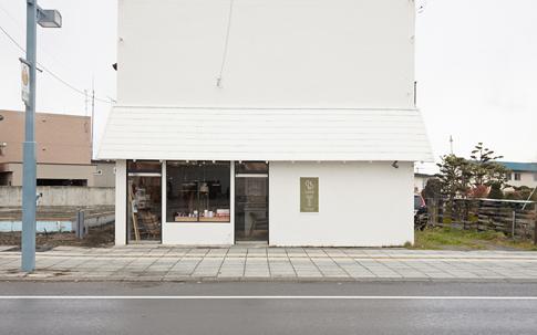 真っ白く塗られた外観が可愛らしい、Less Asahikawa。
