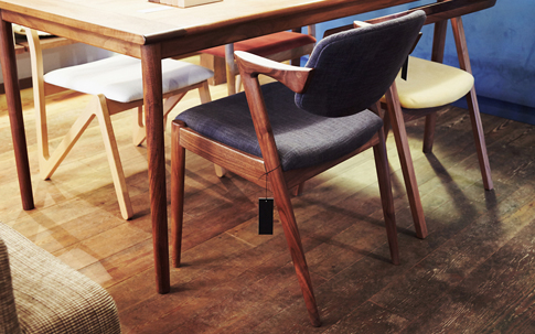 手前の紺色の椅子は、デンマークのデザイナー、カイ・クリスチャンセンがデザインした「NO.42」。つくりの難しさゆえか、製造中止となっていたが、徳島県にある宮崎椅子製作所から復刻版製作が実現。