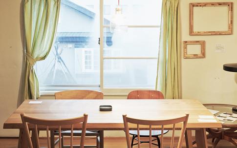 旭川は、家具のまちとしても有名で、多くのメーカーや職人が家具づくりに携わっている。そんな旭川の職人が手がけるLessオリジナルのダイニングテーブル。美しいガラスのランプは、ランドスケーププロダクツのもの。長野県にある「Studio Prepa」が製作を担当している。