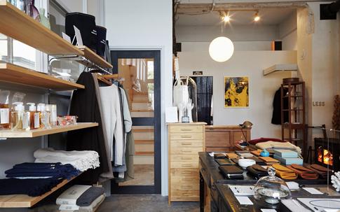 Less Higashikawaの店内。右手にあるアンティーク風の黒い机は、もともとあった木の事務机を黒く塗装したもの。店の奥にある、薪ストーブのやわらかい暖気が店全体を包み込む。