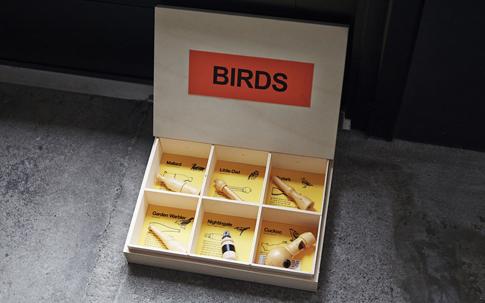 フランスのケルベルカンパニー社の「Bird call」という商品。さまざまな鳥の鳴き声になるという木の笛。山へ持っていって試してみたくなる。そんな環境がここにはある。
